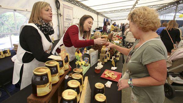 El queso y la miel triunfan en Goente y atraen público y ventas
